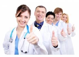 一群欢笑的医生竖起大拇指排队_10626396