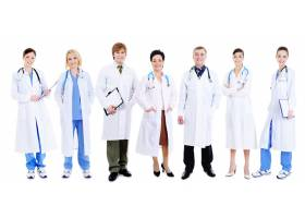 一队快乐的笑着的医生站在白色的队伍里_10625491