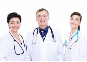 三位幸福的医生站在一起的前景_10626367