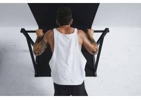 肌肉发达的男运动员穿着白色空白T恤的背影_11829396