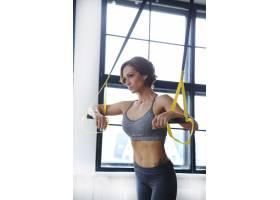 女模特在健身房进行体育活动_10741184