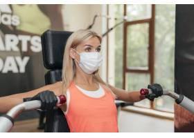 健身房里正在做运动的妇女戴着医用口罩_11221324