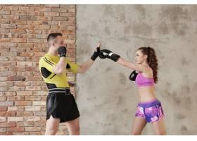 一个爱运动的男人向他的女朋友展示拳击技术_10741049