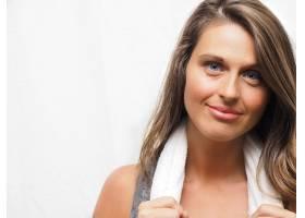 一位穿着运动服的蓝眼睛漂亮女性的肖像_10291953