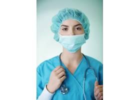 年轻女外科医生肖像_12232896