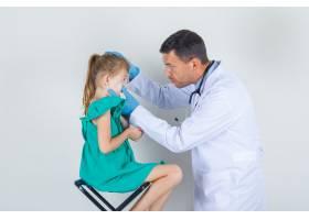 男医生检查小女孩的眼睛穿着白色制服戴_10483757