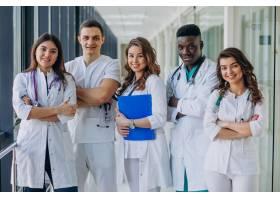 站在医院走廊里的一队年轻的专科医生_7869336