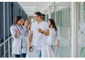 站在医院走廊里的一队年轻的专科医生_7869338
