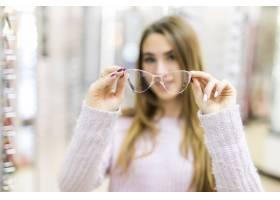 金色长发和模特造型的女士在专卖店里展示眼_9910769