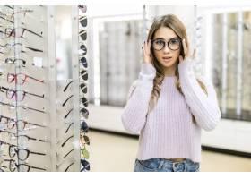 金色长发和模特造型的小女孩在专卖店里展示_9910776