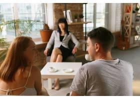 夫妻接受心理治疗或婚姻咨询心理学家咨_10708356