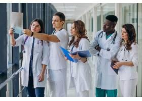 站在医院走廊里的一队年轻的专科医生_7869335