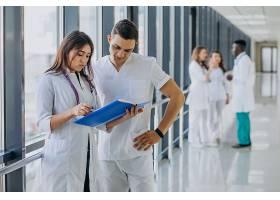 站在医院走廊里的一队年轻的专科医生_7869341