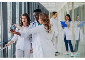 站在医院走廊里的一队年轻的专科医生_7869343