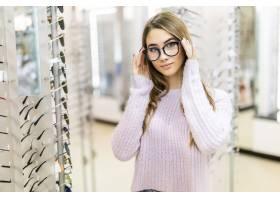 金色长发和模特造型的可爱女孩在专卖店展示_9910779