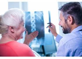 医生与病人讨论X光检查_1006277