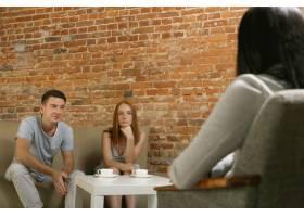 夫妻接受心理治疗或婚姻咨询_11452500