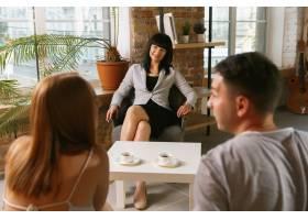 夫妻接受心理治疗或婚姻咨询心理学家咨_10708355