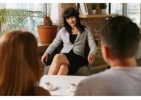 夫妻接受心理治疗或婚姻咨询心理学家咨_10708357