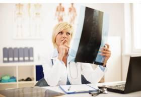 研究脊柱x光的女医生_10675135