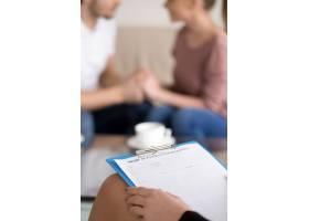 情侣咨询带着剪贴板的女心理治疗师与和睦_3938474