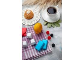 一杯热茶白色杯子内轻桌上有柠檬巧克力_10544616