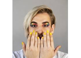 男士化妆和涂指甲油的特写镜头_11504502