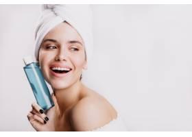 满意的素颜女模在白墙上微笑女孩淋浴后拿_12607785