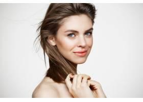 美丽的年轻女子有着完美干净的皮肤微笑着_9028090