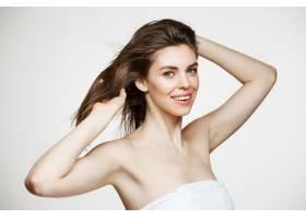 美丽的年轻女子有着完美干净的皮肤微笑着_9028092