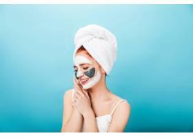 戴毛巾的漂亮年輕女子在藍色背景上擺姿勢_13012538
