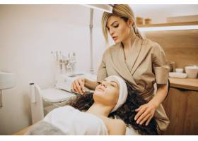 美容师的女性正在做美容手术_12178091