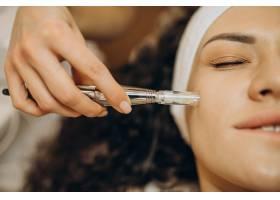 美容师的女性正在做美容手术_12178093
