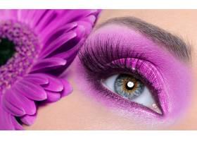 紫色妆容长长假睫毛的女人眼睛非洲菊_10880727