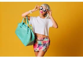 时尚工作室写真不同寻常的漂亮金发女孩戴着_9331364