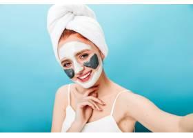 戴面罩的可爱女人带着真诚的微笑自拍工作_13012536