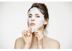 戴面膜的年轻女子美容水疗和美容_9028315