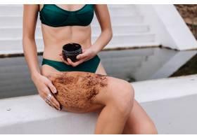 户外拍摄的女人用咖啡身体擦洗的照片_13131003
