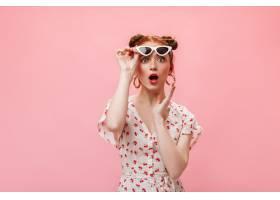 红发女子穿着迷你连衣裙和高跟鞋在粉色背_12678019