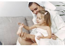 母亲和女儿穿着浴袍和毛巾_7724803