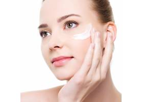 美容高加索年轻女子在眼底涂抹化妆品_10363074