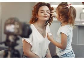 母亲带着女儿拍摄美容博客_9344455