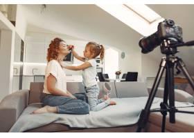 母亲带着女儿拍摄美容博客_9344457