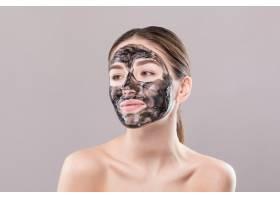脸上戴着净化黑面罩的年轻女子隔绝在白色的_8473041