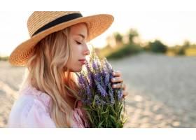 浪漫的特寫照片迷人的金發女郎戴著草帽_13012310
