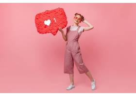身着粉色服装戴着墨镜的活跃女性的全身肖_12677987