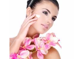 美丽的女人在脸上涂抹化妆品霜身体上有粉_11994393