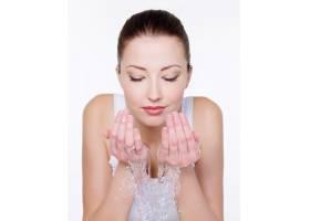 美丽的女人洗脸孤立在白色上_10626229