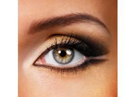 涂著金棕色化妝品的漂亮女性眼睛_10880723