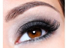 深棕色魅力妝容的女性眼睛微距拍攝_11181987
